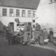 Fem danske soldater ved fodfolkskanonen foran Hertug Hans Hospital, Hertug Hans Gade, gør klar til kamp mod de tyske styrker.