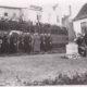 Kransenedlæggelse ved afsløring af obelisk ved Hertug Hans Hospital.
