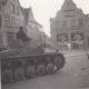 Tysk tank 602 passerer Torvet med retning mod Lavgade.